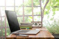 Ordenador portátil en la mesa de trabajo de madera Fotos de archivo libres de regalías