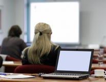 Ordenador portátil en la sala de conferencias imagenes de archivo