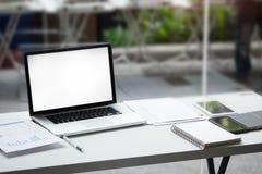 Ordenador portátil en la tabla de la oficina Imagenes de archivo