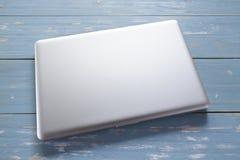 Ordenador portátil en la tabla de madera imagen de archivo libre de regalías