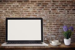 Ordenador portátil en la tabla de madera Fotos de archivo libres de regalías