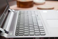 Ordenador portátil en la tabla de madera en hogar Fotos de archivo