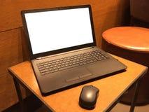 Ordenador portátil en la tabla, pantalla vacía fotos de archivo libres de regalías