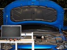 Ordenador portátil en la tabla para el diagnóstico del coche imagen de archivo libre de regalías