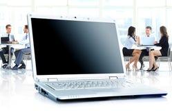Ordenador portátil en oficina Imagen de archivo libre de regalías