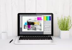 ordenador portátil en software del diseño gráfico de la tabla foto de archivo libre de regalías