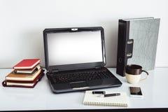 Ordenador portátil encima de la tabla de la oficina de un hombre de negocios Foto de archivo libre de regalías