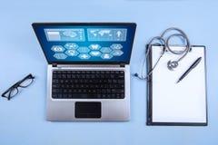 Ordenador portátil, estetoscopio y tablero del ordenador Imágenes de archivo libres de regalías
