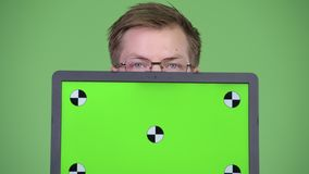 Ordenador portátil feliz de la pantalla del verde del doctor Showing Chroma Key del hombre almacen de video