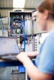 Ordenador portátil femenino de In Factory Using del ingeniero Fotografía de archivo libre de regalías