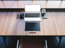 Ordenador portátil genérico del diseño en el espacio de trabajo con Fotos de archivo