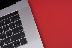 Ordenador portátil gris del metal en el fondo rojo Ciérrese encima de la visión Fotos de archivo libres de regalías