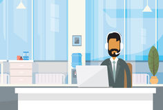 Ordenador portátil indio de Office Working Place del hombre de negocios de la India del escritorio del hombre de negocios de la a stock de ilustración