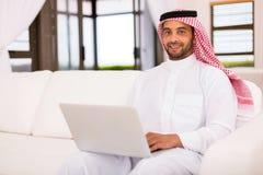 Ordenador portátil islámico del hombre fotografía de archivo libre de regalías