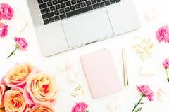 Ordenador portátil, lechería, flores de las rosas, melcocha y accesorios en el fondo blanco Endecha plana Visión superior Concept Fotos de archivo libres de regalías