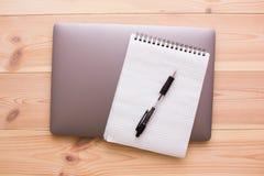 Ordenador portátil, libreta y pluma Imagen de archivo libre de regalías