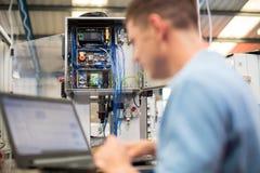 Ordenador portátil masculino de In Factory Using del ingeniero Foto de archivo libre de regalías