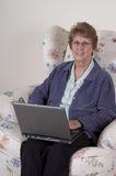 Ordenador portátil mayor maduro de la mujer, sonrisa feliz Fotografía de archivo libre de regalías