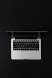 Ordenador portátil moderno con el espacio de la copia aislado en negro Imagen de archivo