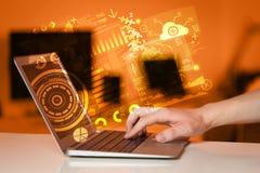 Ordenador portátil moderno con los símbolos futuros de la tecnología Imagen de archivo libre de regalías
