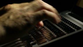 Ordenador portátil que escribe un correo electrónico tarde en la noche almacen de video