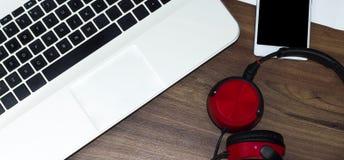 Ordenador portátil, smartphone y auriculares modernos imágenes de archivo libres de regalías
