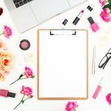Ordenador portátil, tablero, flores de las rosas y accesorios en el fondo blanco Endecha plana Visión superior Concepto de la ofi Foto de archivo libre de regalías