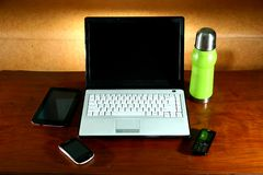 Ordenador portátil, tableta, smartphone, teléfono móvil y frasco Imagenes de archivo