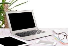 Ordenador portátil, tableta y teléfono del ordenador en el escritorio de madera Fotos de archivo libres de regalías