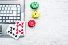 Ordenador portátil, tarjetas del póker y fichas de póker Fotos de archivo