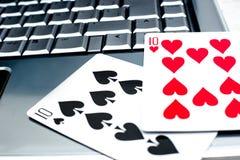 Ordenador portátil, tarjetas del póker y fichas de póker Imagenes de archivo