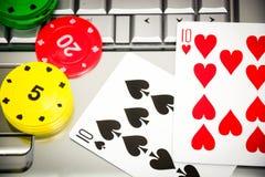 Ordenador portátil, tarjetas del póker y fichas de póker Imagen de archivo libre de regalías