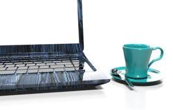 Ordenador portátil, teléfono móvil - aislado en blanco con la trayectoria de recortes, 3d rinden Imagen de archivo