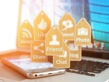 Ordenador portátil, teléfono móvil y muestras de medios apps sociales en la etiqueta ilustración del vector