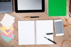Ordenador portátil, teléfono, tableta, cuaderno, pluma y calculadora Fotos de archivo libres de regalías