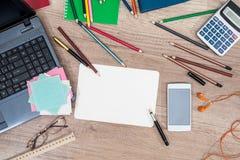 Ordenador portátil, teléfono, tableta, cuaderno, pluma y calculadora Imágenes de archivo libres de regalías