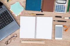 Ordenador portátil, teléfono, tableta, cuaderno, pluma y calculadora Fotografía de archivo libre de regalías