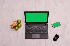 Ordenador portátil, teléfono y ratón en la mesa Imagen de archivo libre de regalías