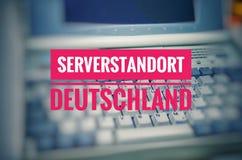 Ordenador portátil viejo con la inscripción Serverstandort Deutschland en la ubicación inglesa Alemania del servidor para simboli fotos de archivo libres de regalías