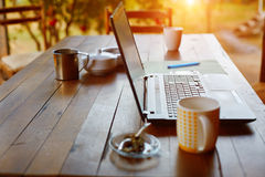 Ordenador portátil y café en el jardín Fotografía de archivo libre de regalías