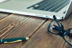 Ordenador portátil y diario en el escritorio Fotografía de archivo