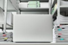 Ordenador portátil y documentos en el escritorio fotografía de archivo libre de regalías