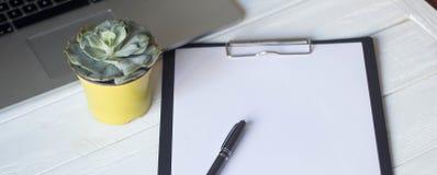 Ordenador portátil y documentos en el lugar de trabajo Imágenes de archivo libres de regalías