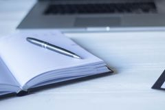 Ordenador portátil y documentos en el lugar de trabajo Imagen de archivo libre de regalías