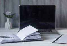 Ordenador portátil y documentos en el lugar de trabajo Fotografía de archivo libre de regalías