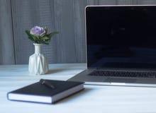 Ordenador portátil y documentos en el lugar de trabajo Imagen de archivo