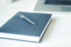 Ordenador portátil y documentos en el lugar de trabajo Fotografía de archivo