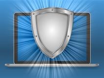 Ordenador portátil y escudo con el fondo azul de la pendiente imagenes de archivo