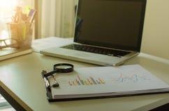 Ordenador portátil y gráfico imagen de archivo libre de regalías