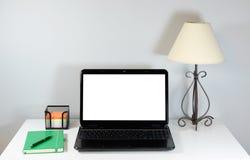 Ordenador portátil y lámpara en la tabla Fotos de archivo
